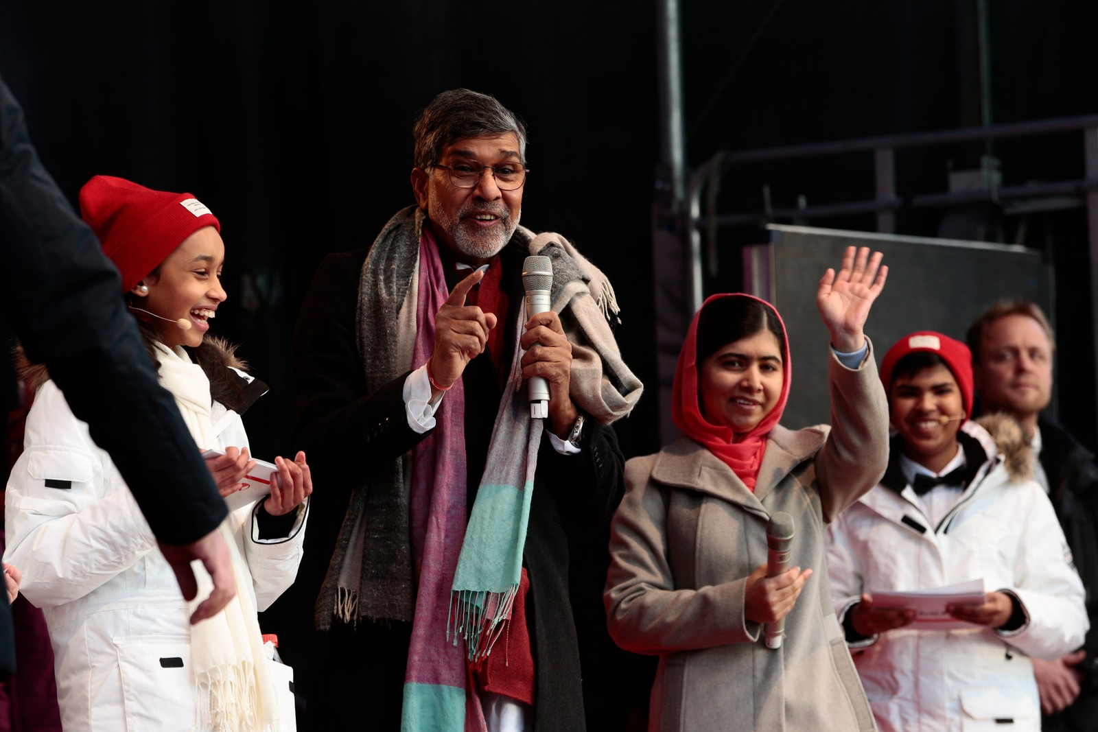 PÅ SCENEN I OSLO: Fredsprisvinnerne Malala Yousafzai og Kailash Satyarthi møter flere tusen skolebarn under Redd Barnas fredsprisfest utenfor Nobels Fredssenter i Oslo onsdag formiddag.