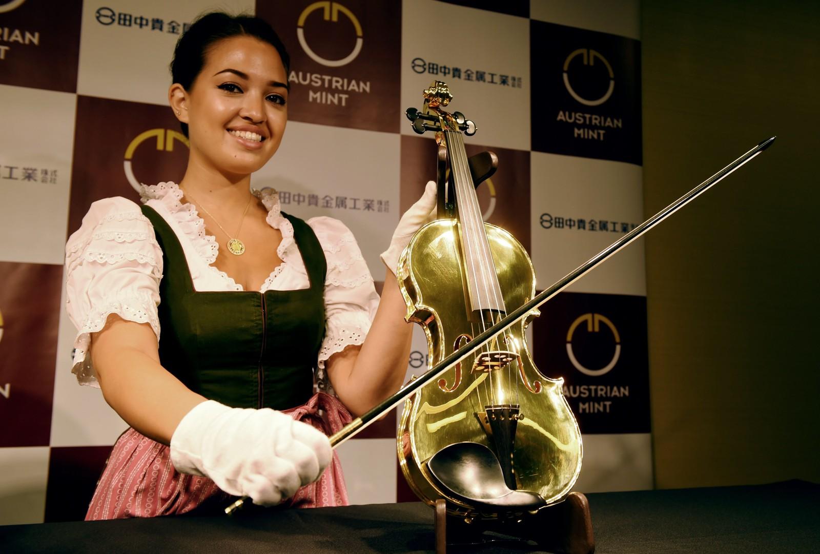 En Yamaha gull-fiolin på 14 kilo verdsatt til over én million dollar (over 8 millioner kroner) ble vist fram i Tokyo denne uka.