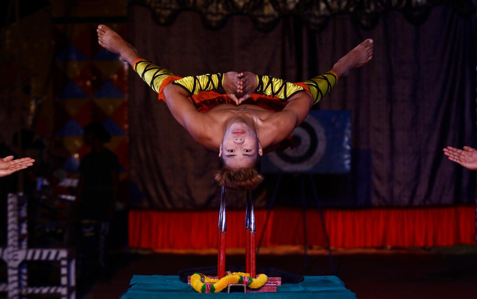 På et sett kniver opptrer denne balansekunstneren på Ajanta-sirkuset i Kolkata, India. Forestillingen er en del av julefeiringa.