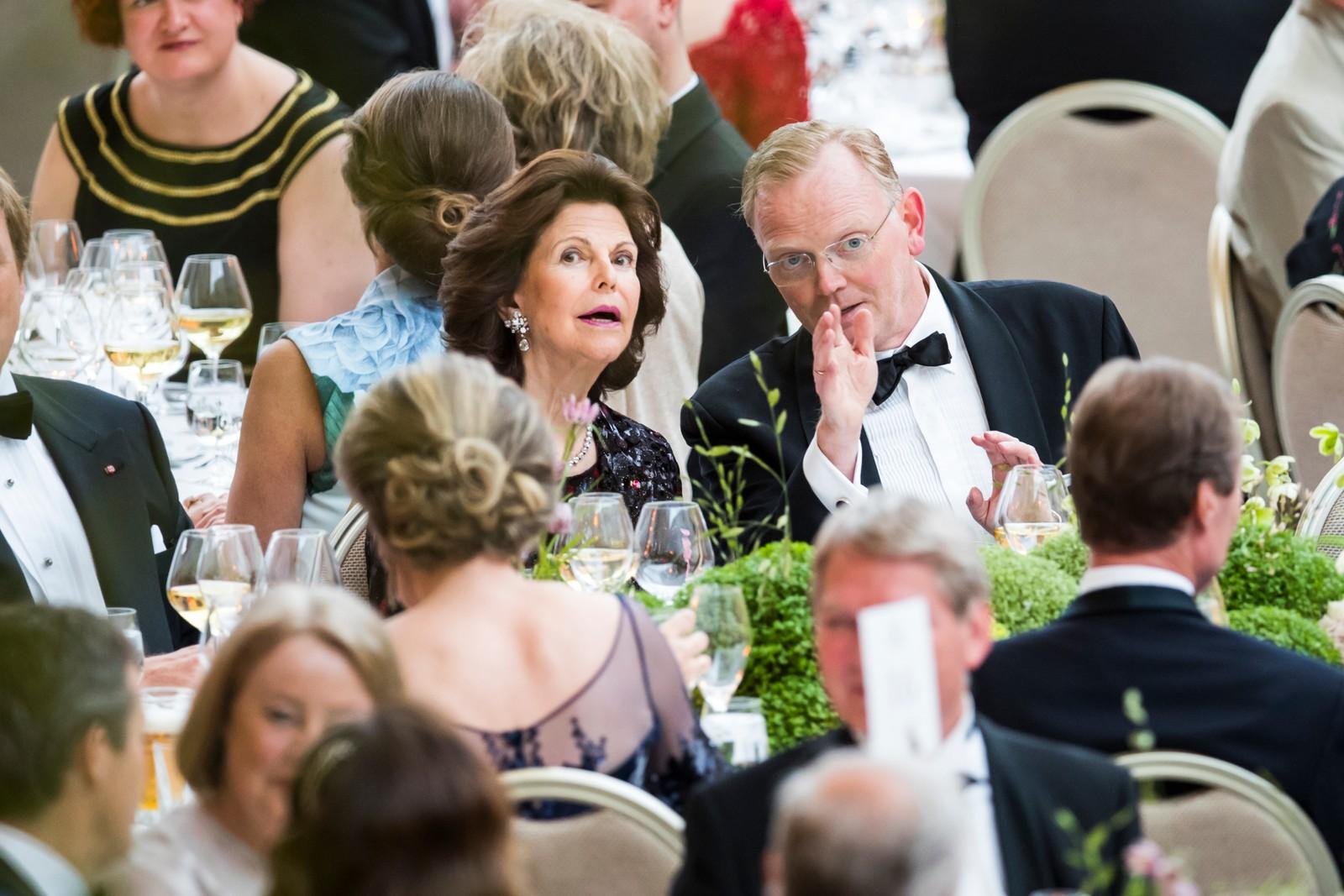 Sindre Finnes og dronningene Silvia av Sverige under regjeringens festmiddag for kongeparet i Operaen i anledning deres 80-årsfeiring. POOL