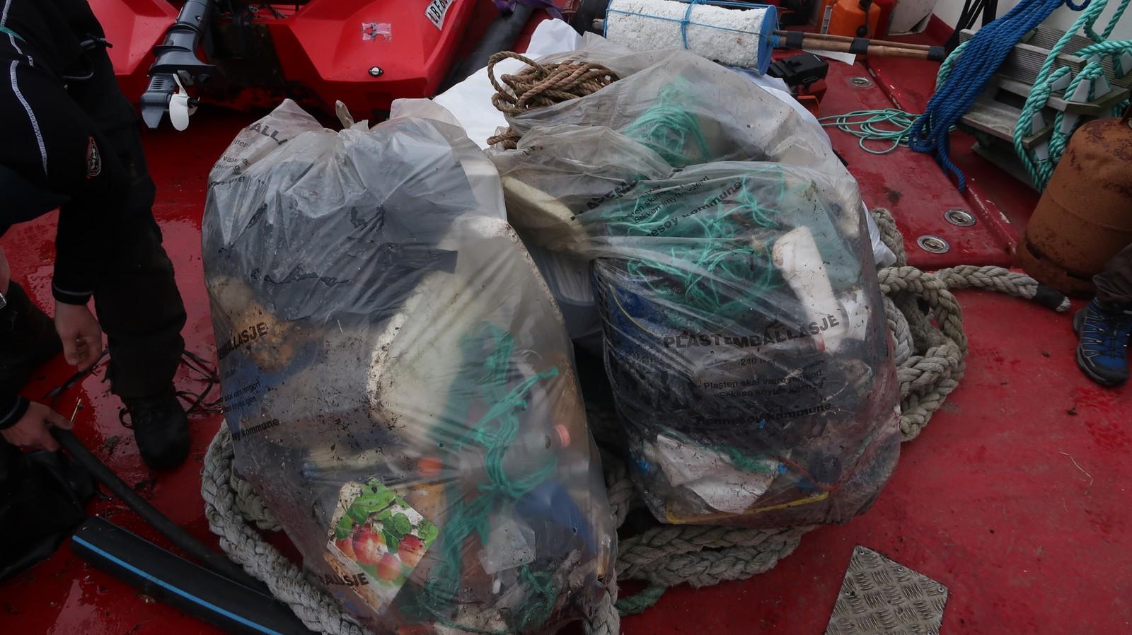 Frå båten til Ryfylke friluftsråd. Fem mann derfrå har henta søppel rundt om i dag som er samla opp av andre.