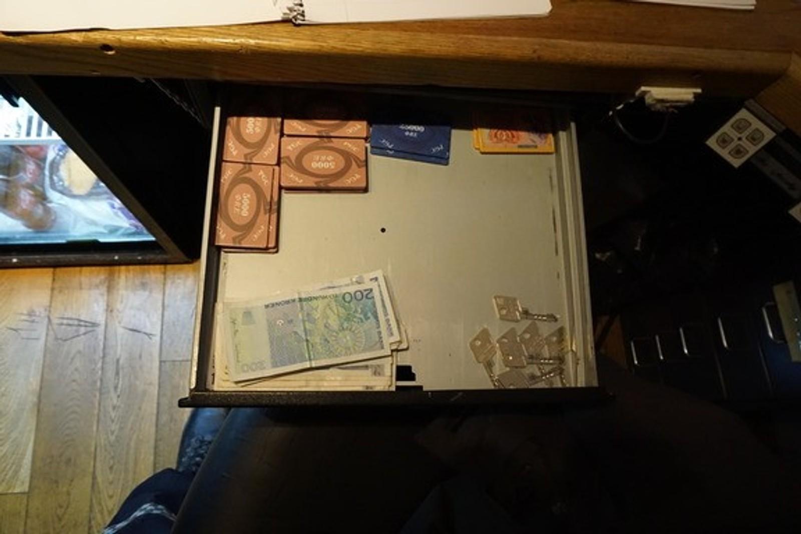 MONOPOLPENGER: Politiet fant både penger, poker chips og monopolpenger i den ulovlige klubben.