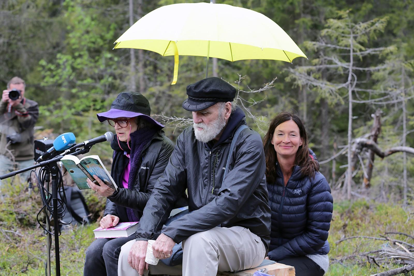 """I grålysningen i skogen utenfor Oslo, satte Atwood seg ned på en stubbe etter spaserturen innover i terrenget. Alt for å gi fra seg manuset i til kulturbyråden i Oslo i en høytidelig markering som ble streamet på nett-tv. Her leser hun fra en annen bok, """"MaddAddam""""."""