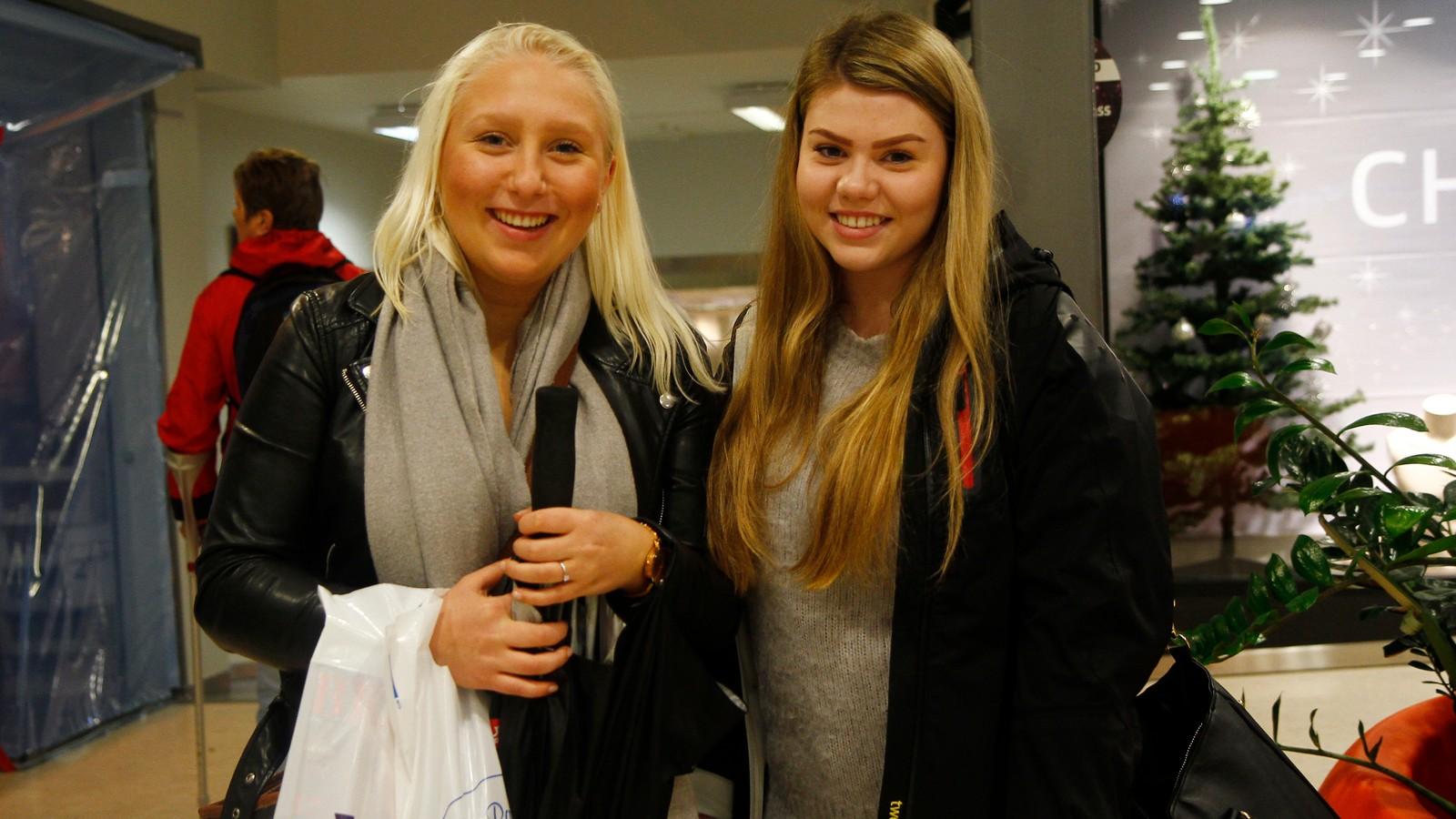 """Ingunn Marie Olsen og Anja Løtuft hadde allereie funne fleire varer og var godt nøgd med """"fangsten""""."""