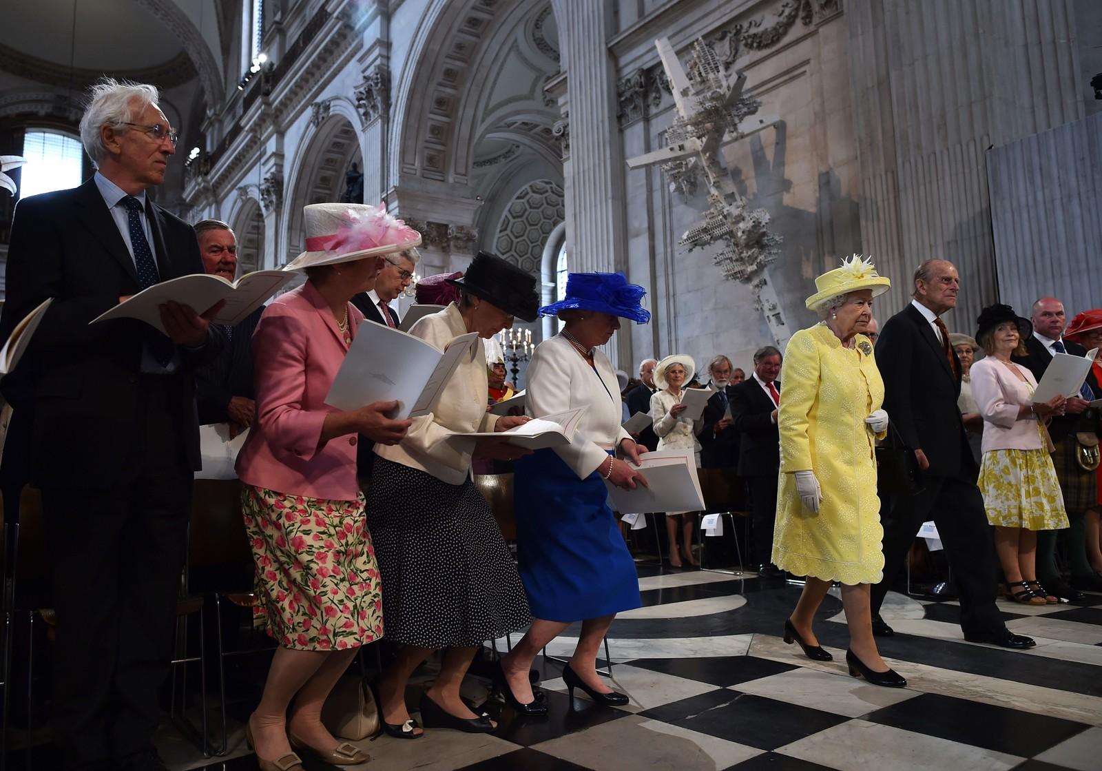 Det neies når Storbritannias dronning Elizabeth og hennes mann prins Philip ankom fredag en nasjonal seremoni i St. Paul's Cathedral i London, som markerer starten på feiringen av dronningens 90-årsdag. Hun fylte år 21. april. 10. juni er for øvrig også prins Philips 95-årsdag.