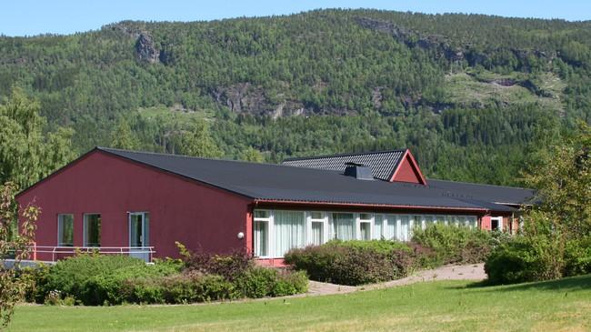 Undervisningsbygningen på tidlegare Langvin jordbruksskule i Innvik. Foto: Ottar Starheim, NRK.