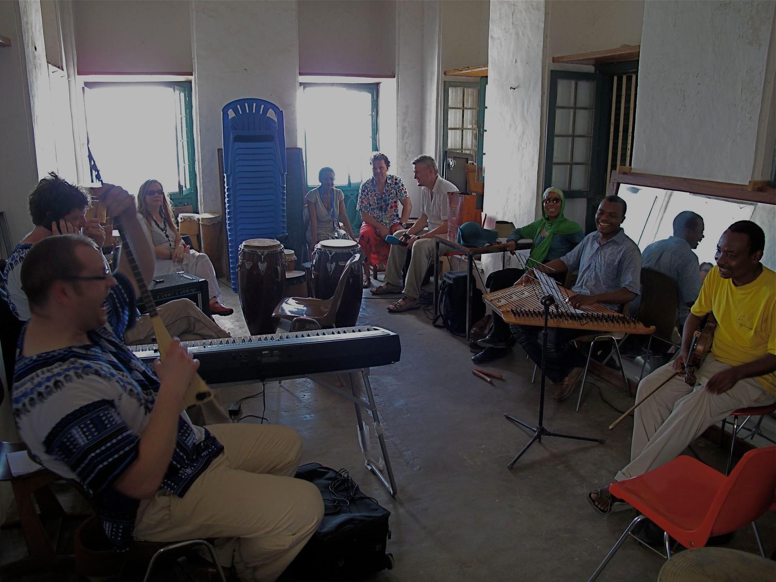 Musikere fra Mari Boine Band med musikere fra Zanzibar før konsert.