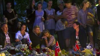 Dagen etter terroraksjonene i Oslo og på Utøya har folk strømmet til Oslo domkirke