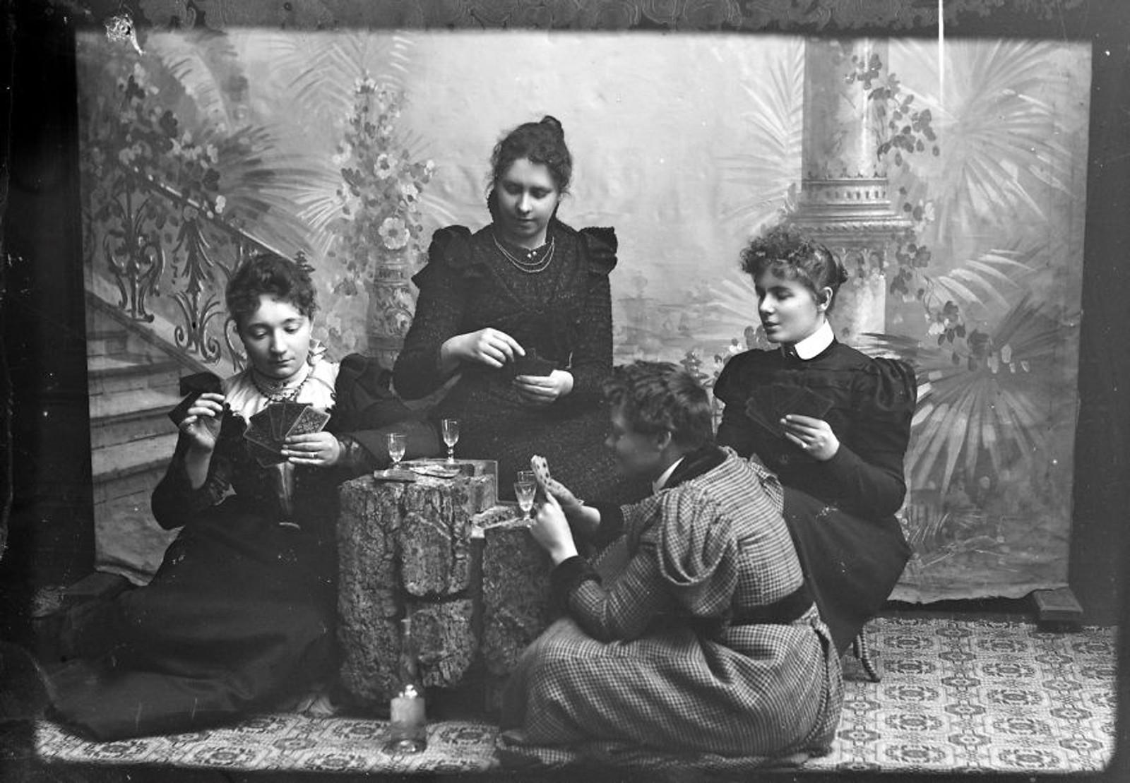 KORTSPILL: Fire kvinner samlet for å spille kort.