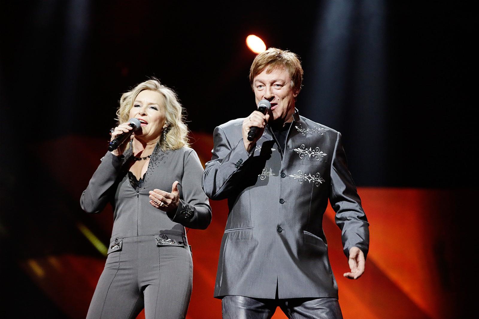 MGP-veteranene Elisabeth Andreassen og Tor Endresen har slått seg på lag og fremfører «All over the World» under årets finale.