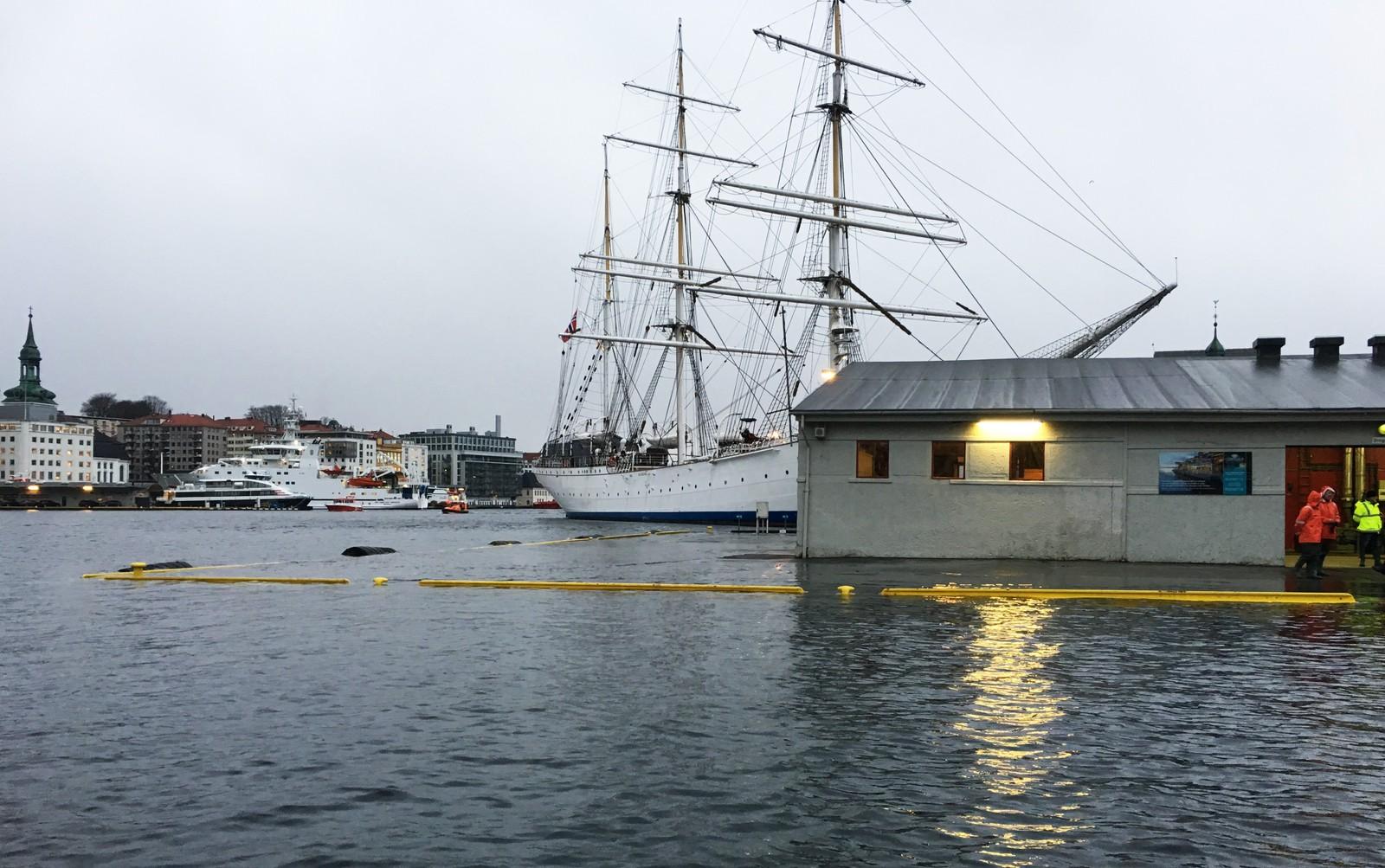 PÅ TOPP: Vannstanden var på sitt høyeste mellom klokken 10.40 og 11.00 i Bergen.