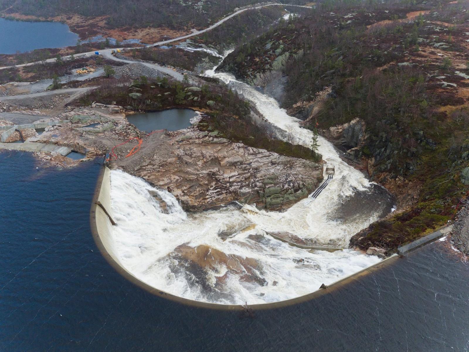 Området ble evakuert før overløpet startet og midlertidige konstruksjoner ble fjernet. Skadene ble mindre enn fryktet, ifljge Agder Energi.