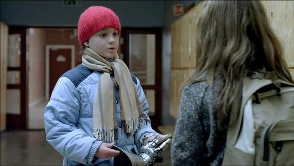 Norsk dramaserie. (13:24)Kevin tror de to dumme ridderne er ute etter hansken for å gi den til Snerk, så han tør derfor ikke ta den med seg over til Ridderdalen. Han ber Eiril passe på hansken.
