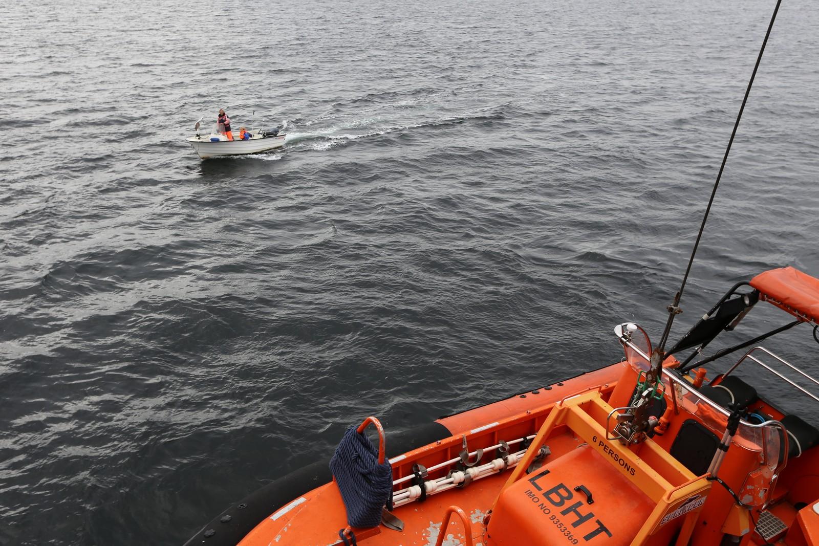 PÅ BESØK: Kystvaktfartøyet blir jevnlig kontaktet av privatpersoner, båtfolk og fiskere som har ulike spørsmål og innspill. Her er det en hummerfisker som kommer bort i småbåt for en liten passiar.