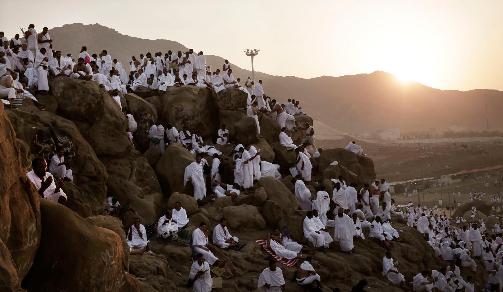 HELE DAGEN: Mange var på fjellet før solen stod opp.
