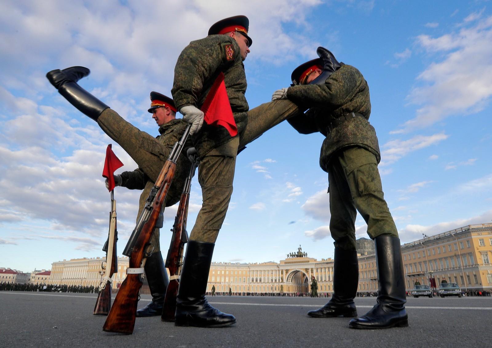 Russiske æresvakter varmer opp før en forberedelse til seiersdagen som finner sted 9. mai. Denne datoen kapitulerte Tyskland under den andre verdenskrig.