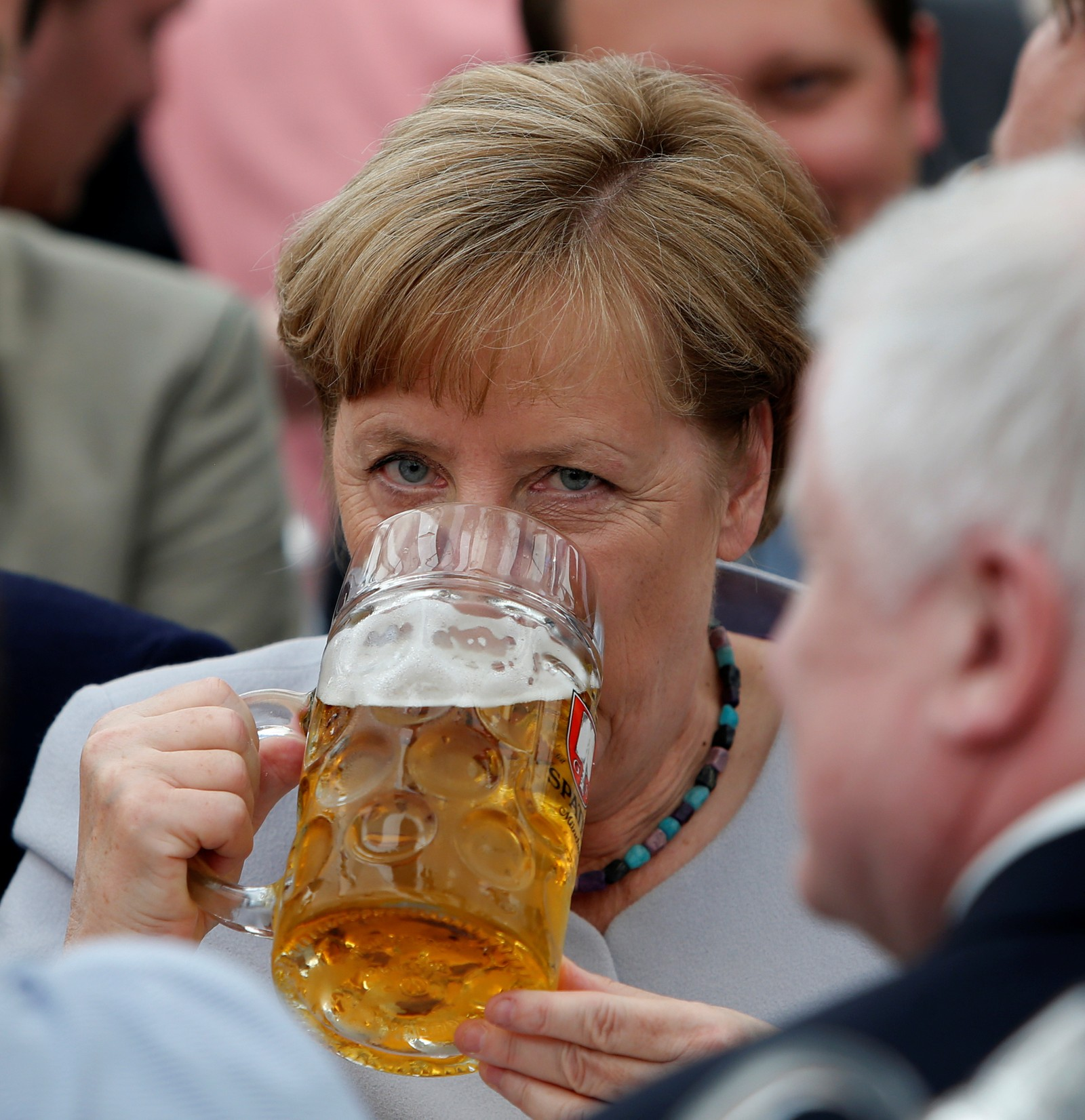 – Europa må ta skjebnen i egne hender, sa Angela Merkel på G7-møtet denne uka, med henvisning til samarbeidet med USA og Donald Trump. Under en festival i München tok hun ølglasset i egne hender.