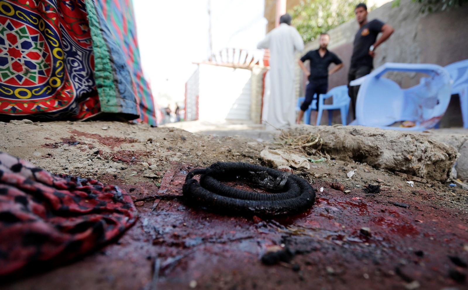 Ein arabisk turban fylt med blod ligg igjen på gaten i Bagdad etter sjølvmordsangrep.