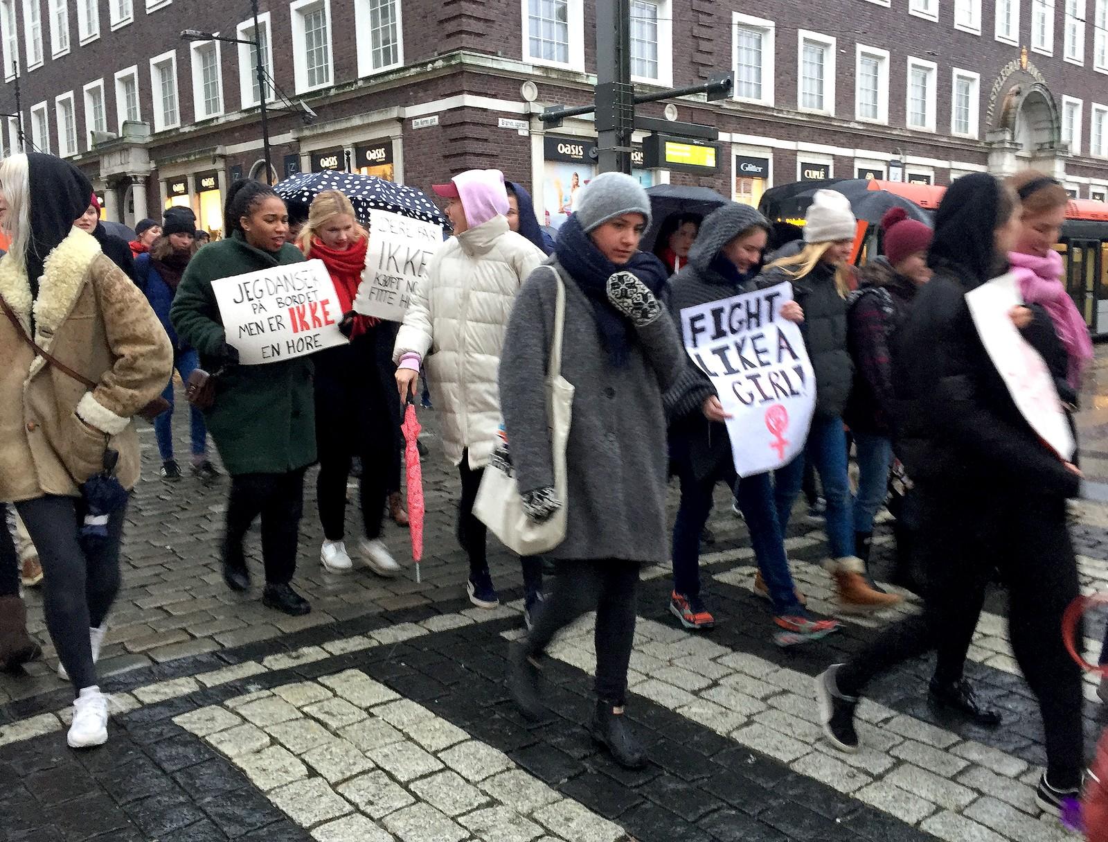 Parolene mot russelåten var også godt synlige fra de unge kvinnene i toget i Bergens gater.