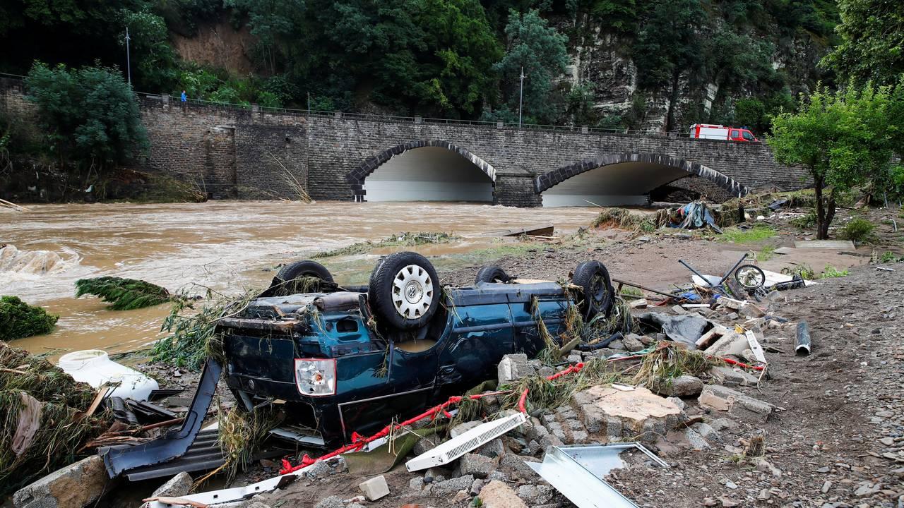 En bil som er tatt av flommen i Tyskland