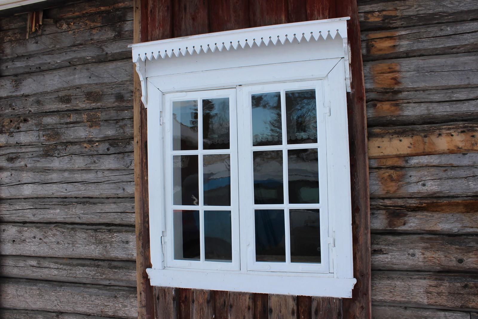 Vinduene i det lille tømmerhuset er restaurert.