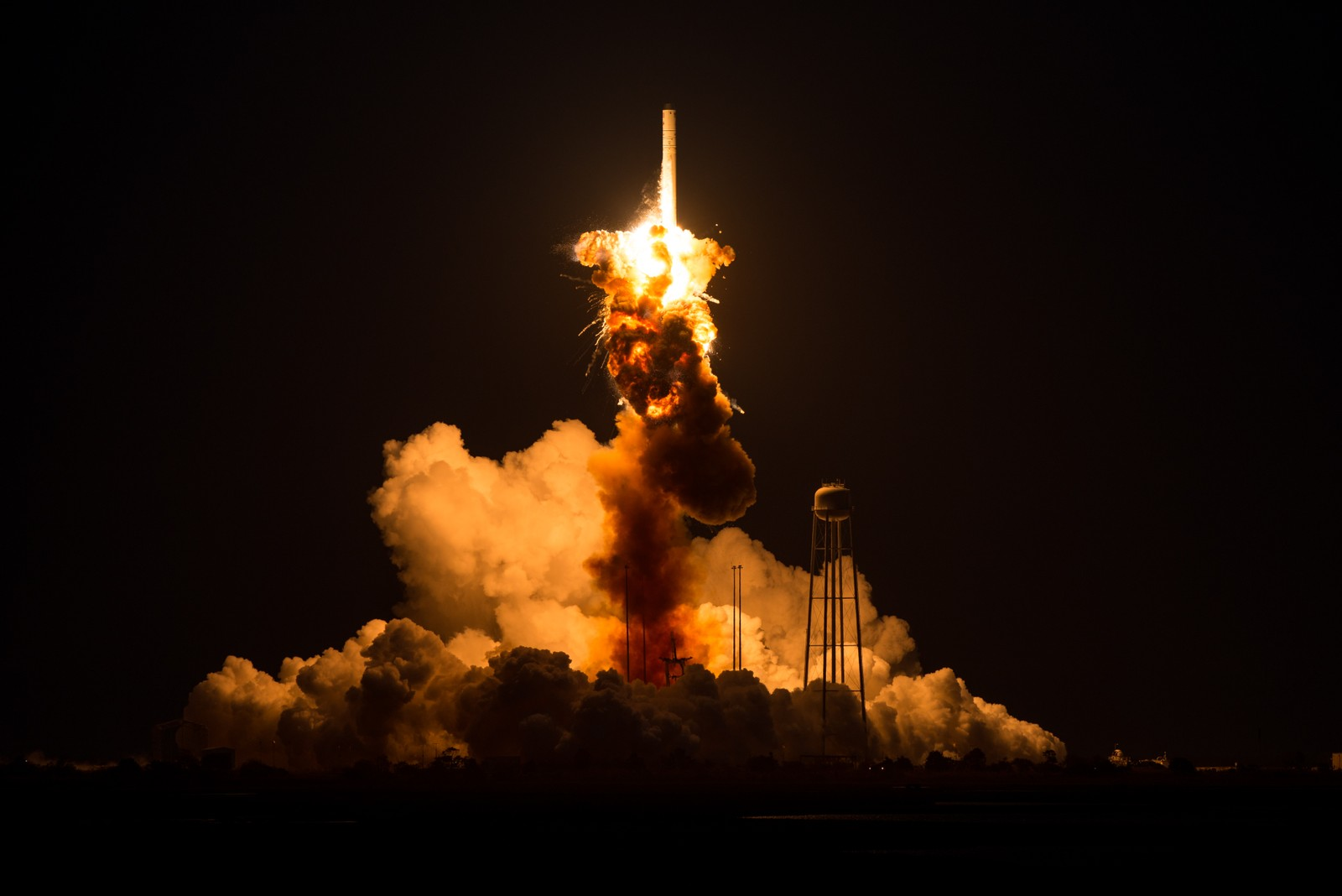Raketten har fortsatt positiv bevegelse, men hastigheten er sterkt redusert. Den ukontrollerte forbrenningen fortsetter. En meget hurtig strøm av mørkere gass blir skutt nedover mot bakken, noe som tyder på at en trykksatt tank med flytende oksygen har punktert.