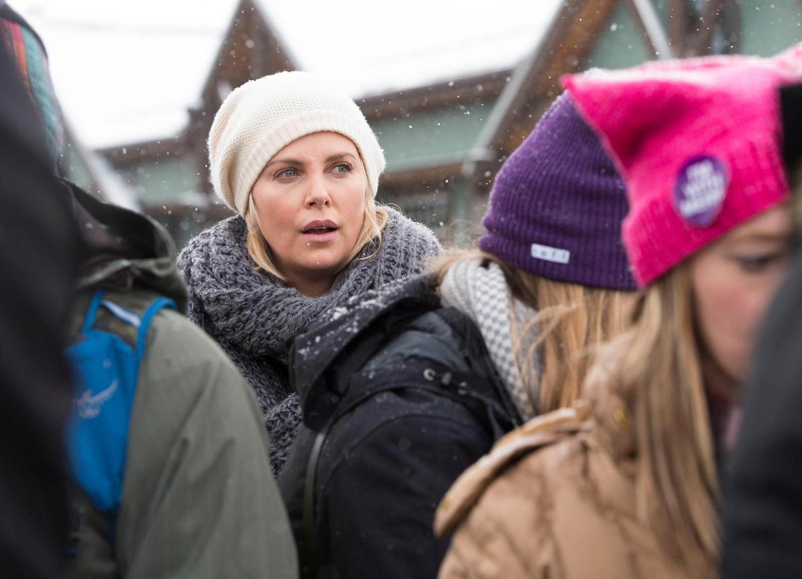 Skuespiller Charlize Threron kjent fra filmer som Djevelens advokat (1997) og The Italian Job, deltok på kvinnemarsjen utenfor Sundance-festivalen i Park City, Utah.