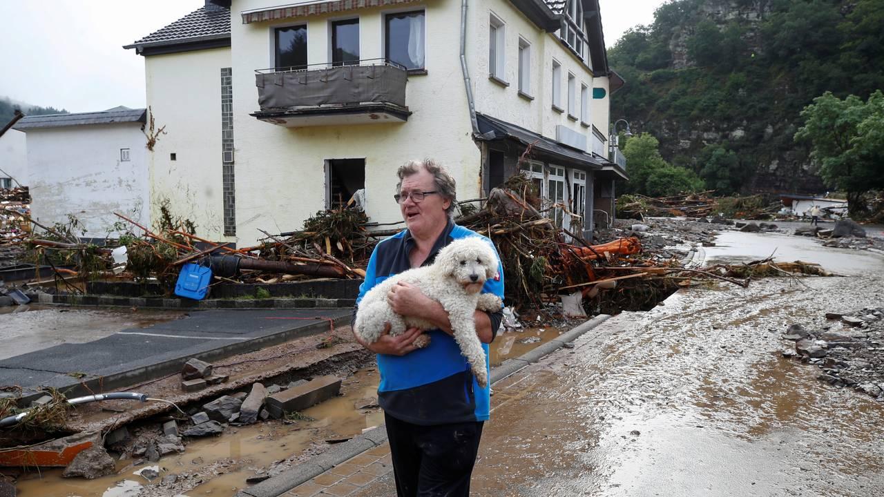 En mann redder hunden sin i Schuld