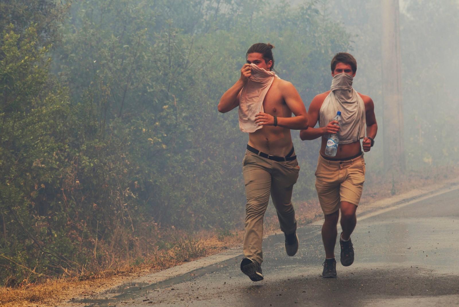 Turister rømmer fra røyk og flammer på Lustica-halvøya nær Tivat i Montenegro.