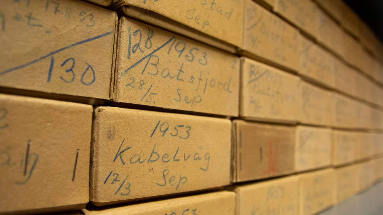 Øresteinene er sortert i esker og papirposer merket med sted og dato fra når prøvene ble tatt.