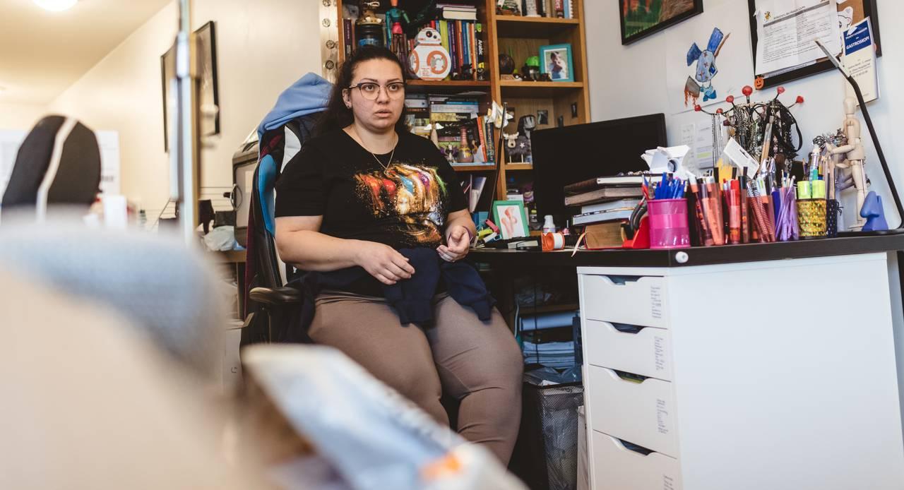 Maj sitter foran dataskjermen