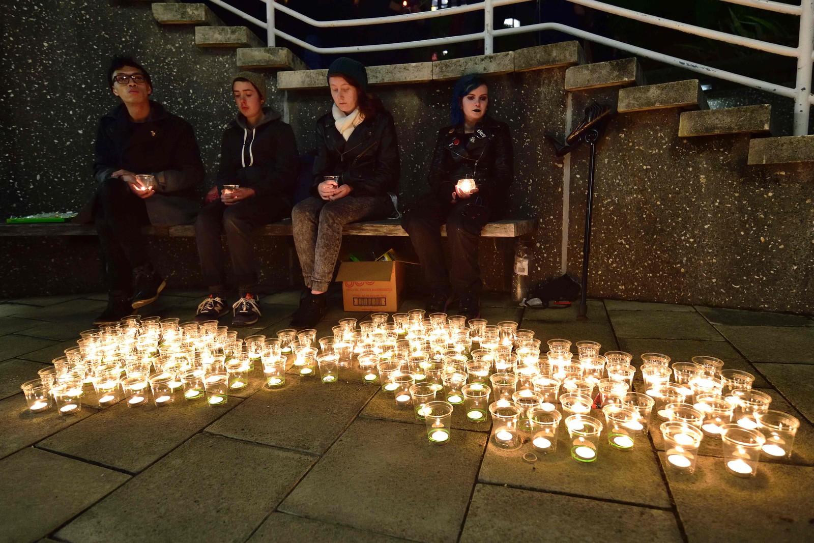 NEW ZEALAND: Flere tente lys for ofrene etter skytemassakren i Orlando i Frank Kits Park i Wellington søndag kveld.