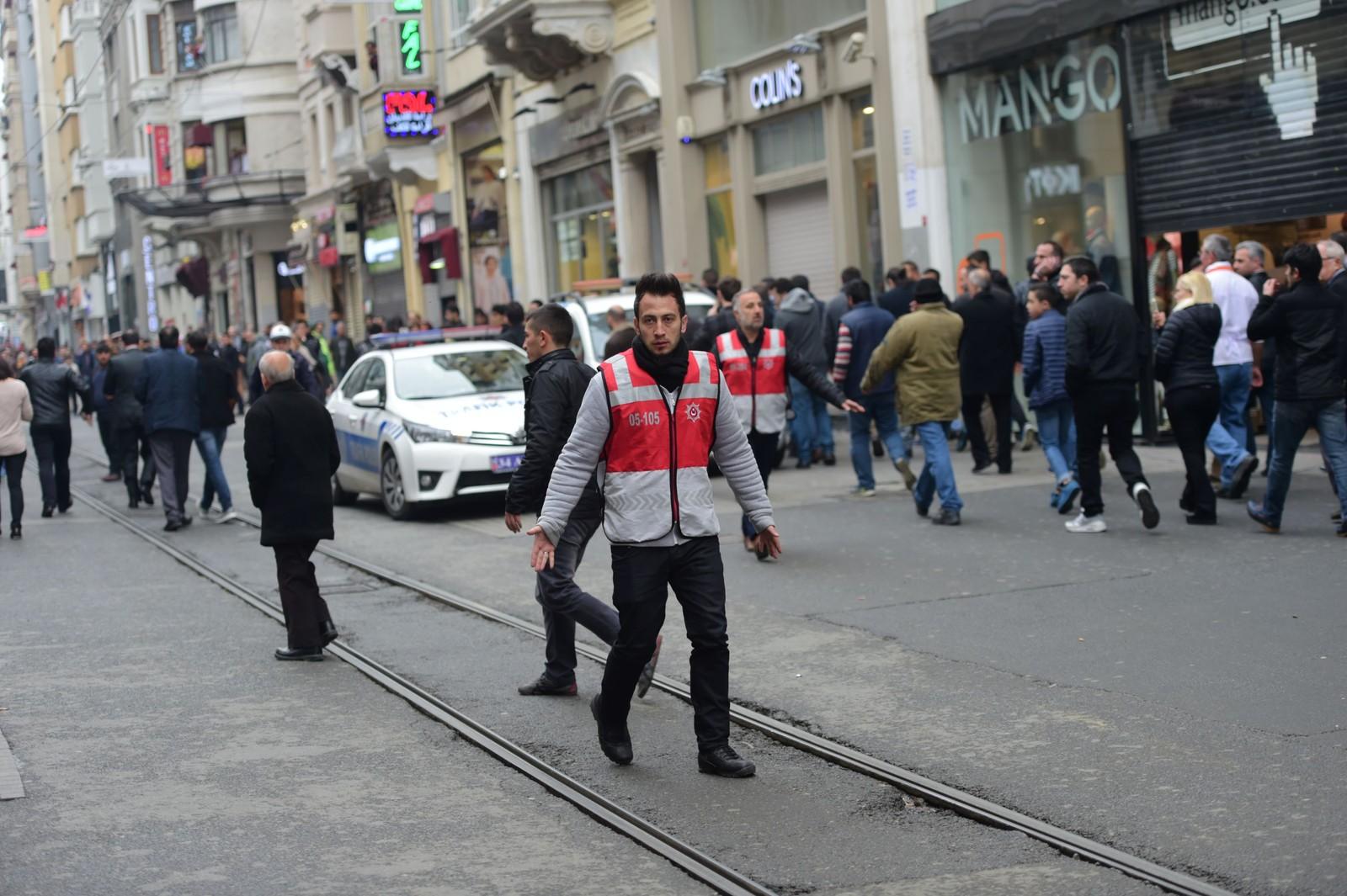 Guvernør Vasip Sahin i Istanbul sier at bombeteknikere undersøker stedet der selvmordsangrepet skjedde i Istiklal-gaten i Istanbul. Han sier at det foreløpig er tidlig å si noe om hvem som står bak angrepet, men at undersøkelsene vil gi flere svar.