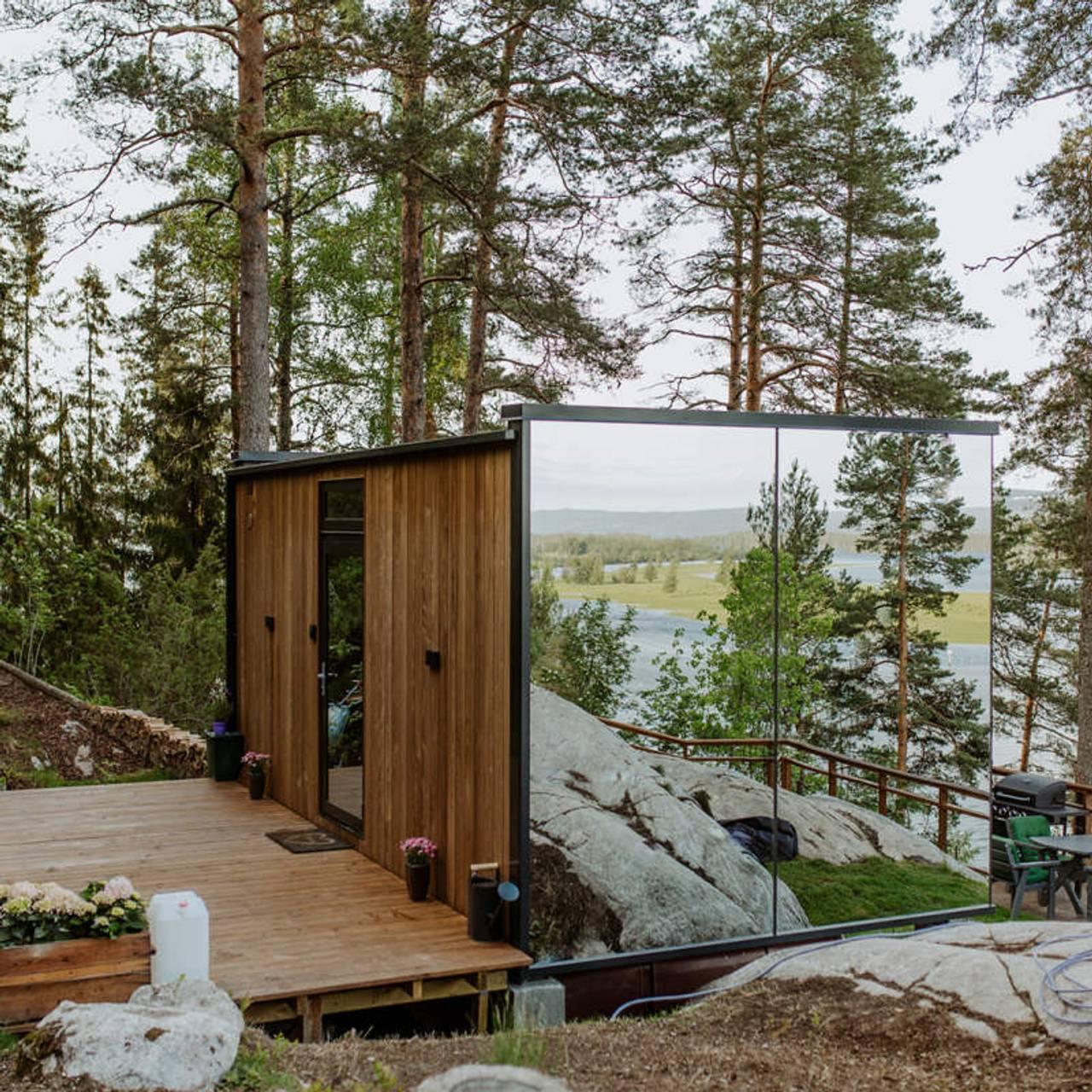 Speilglasshytta WonderInn i Akershus har speilglassvinduer istedenfor vegger slik at man kan kikke ut i naturen uten at noen kan kikke inn.