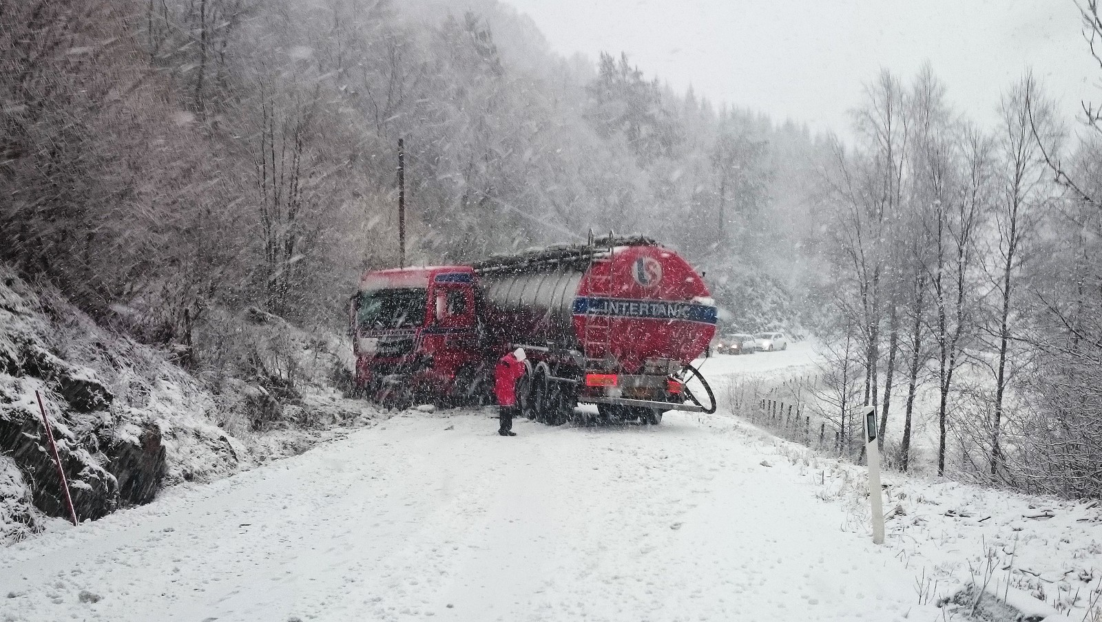 AV VEIEN PÅ TYSNES: Denne tankbilen sperrer veien på riksveg 49 i Eredalen på Tysnes, og har gjort det siden 15-tiden. Et par timere senere var bilen fjernet og veien åpnet.