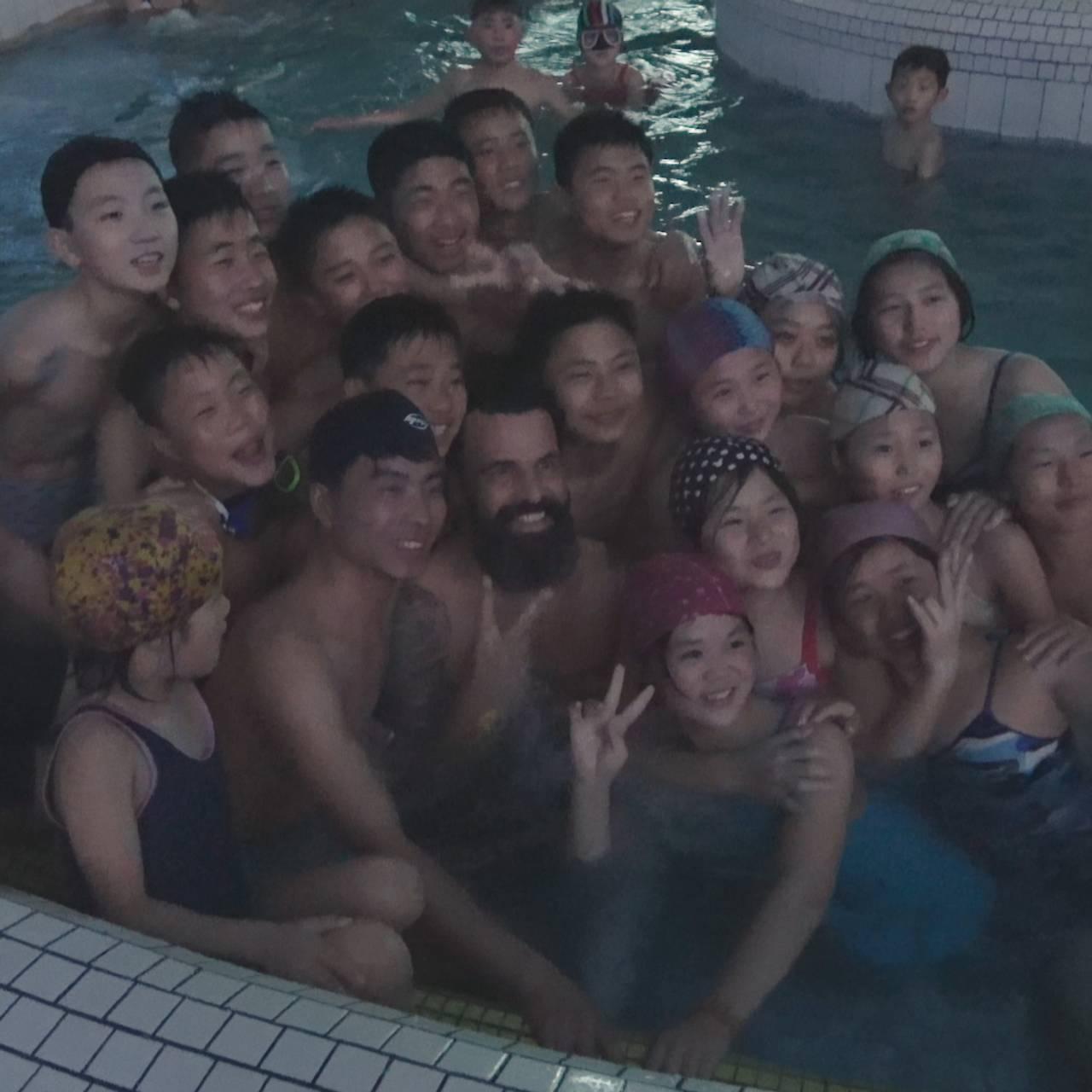 EHAM k3 - bildesveip fra Pyongyang. Mr. James i bassenget.
