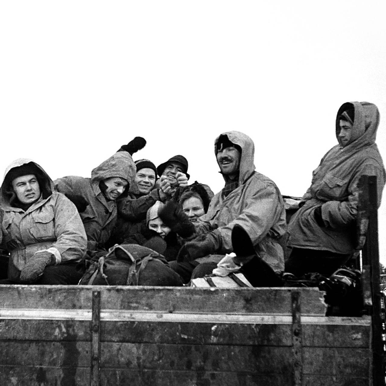 Ni studenter på tur inn i Uralfjellene