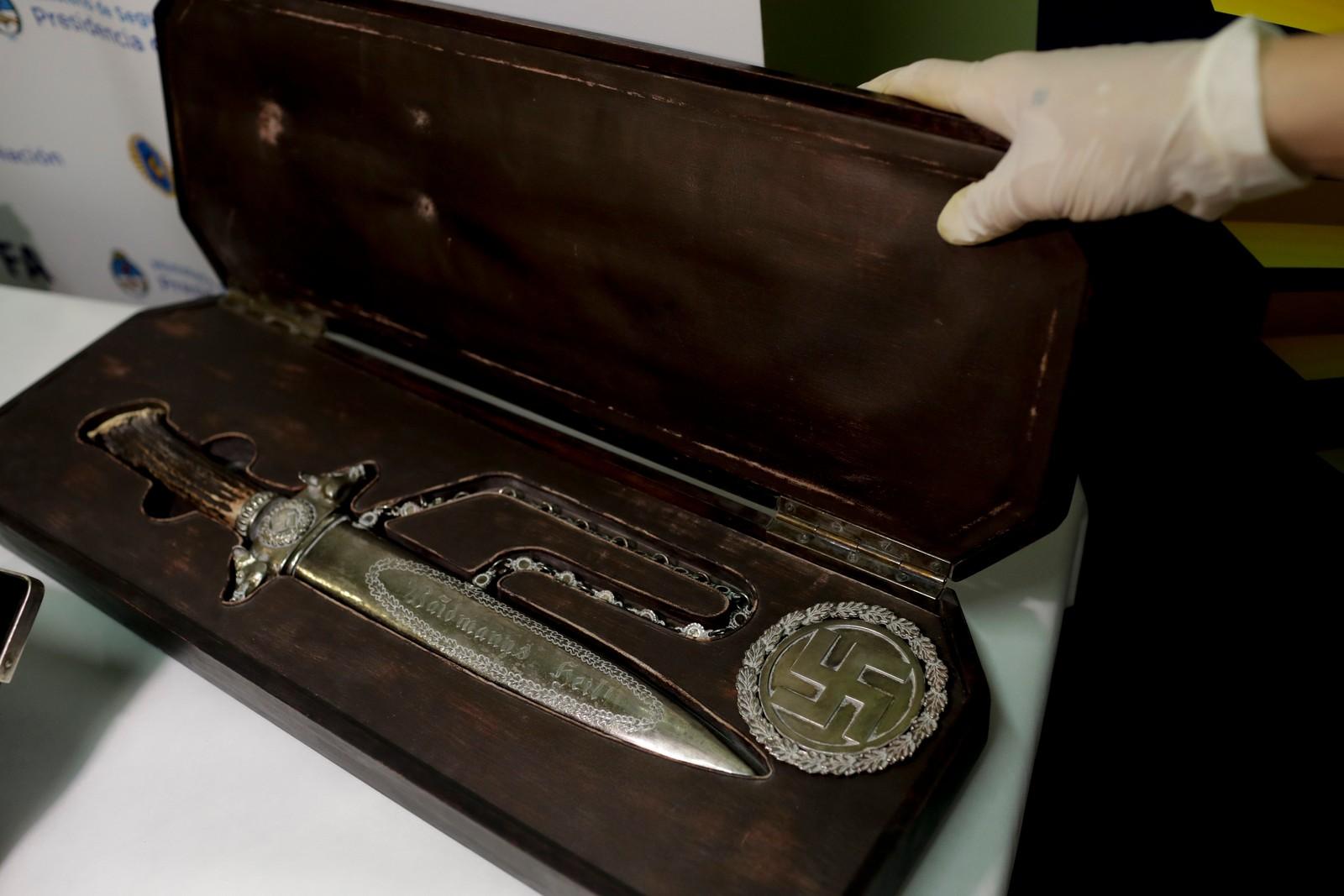 En kniv med nazistiske symboler vises fram av Interpol.