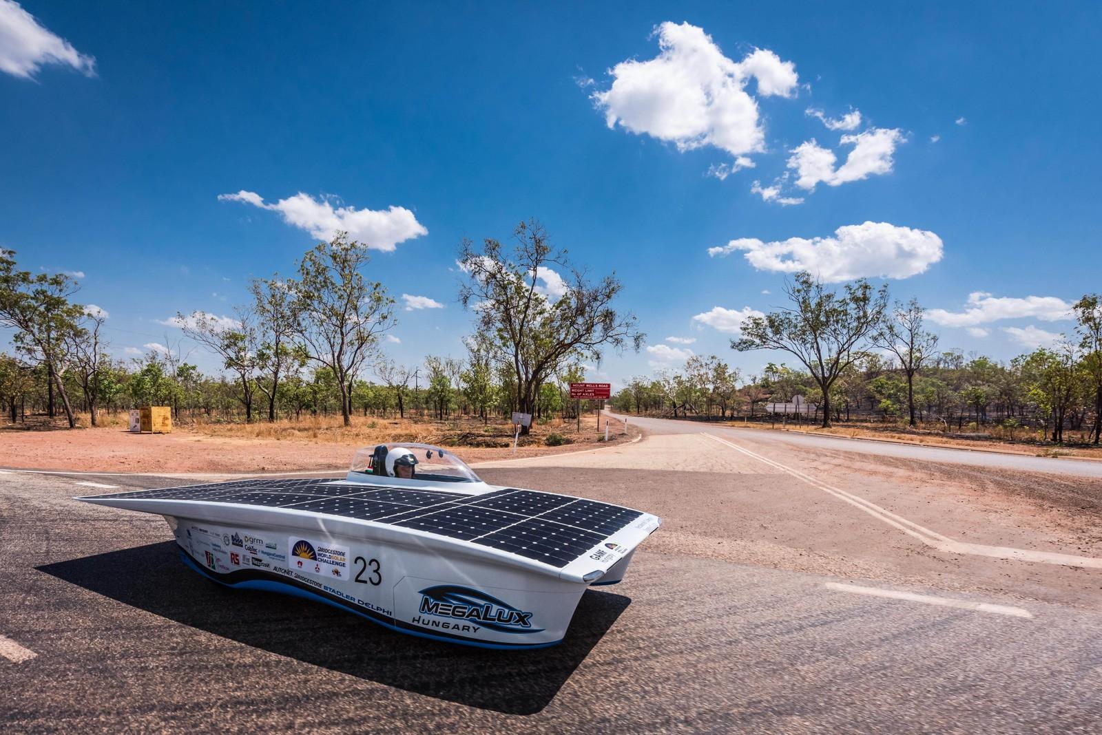 Her er Ungarns bidrag i World Solar Challenge nær Katherine i Australia. 45 solcelledrevne biler deltar i det 3000 km lange løpet fra Darwin til Adelaide mellom 18. og 25. oktober.