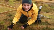 SJEKKER UNG LYNG: Siri Vatsø Haugum kontrollerer ung lyng som har vokst opp etter brenning i 2013 ved Lyngheisenteret på Lygra.
