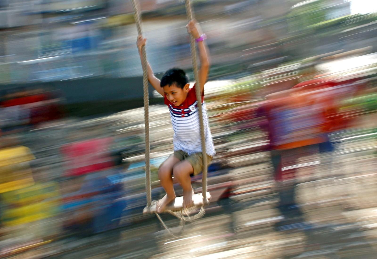 En gutt har fått fart på huska under Dashain. Det er den største festivalen for hinduer i Kathmandu i Nepal.