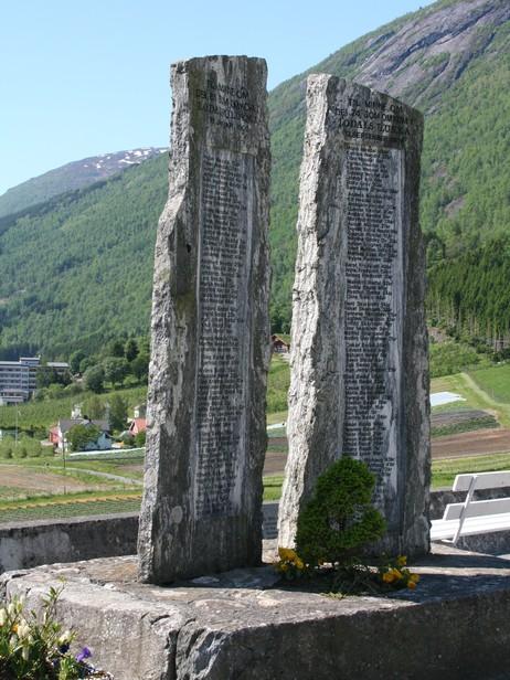 Minnesteinane med namna på dei omkomne ved rasulukkene i 1905 og 1936. Foto: Ottar Starheim, NRK.