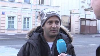 Asylsøkeren Ahmed Aidailami fra Jemen står utenfor den norske ambassaden i Moskva, med NRK mikrofon.
