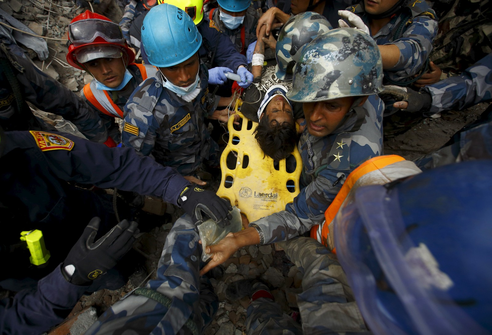 Pemba Tamang (15) overlevde fem dager sammenklemt mellom to etasjer i en blokk i Katmandu, Nepal.