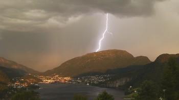 ÅTVARING: – Ein bør ikkje opphalde seg på toppen av eit fjell i morgon, meiner meteorolog Lars Andreas Selberg.