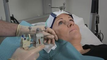 Vibeke Tharaldsen får injeksjon med botox mot migrene