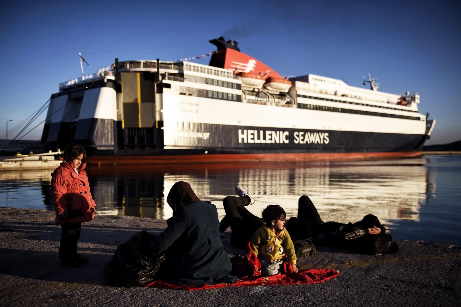 En familie syriske flyktninger på stranden ved havnen på Lesvos 6. desember 2015 mens de venter på båten videre til det greske fastlandet.