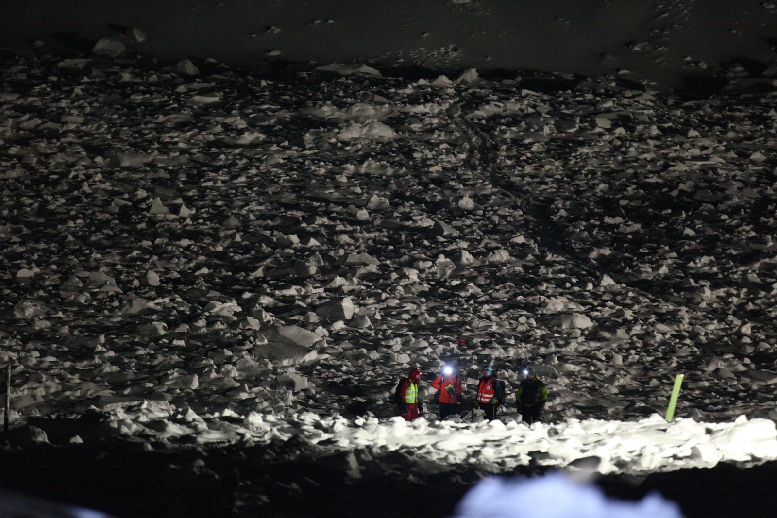 Geologer på vei ned fra skredområdet.