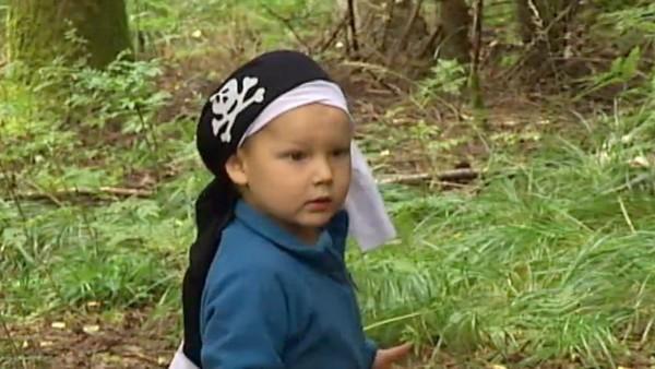 Elias er på skattejakt i skogen