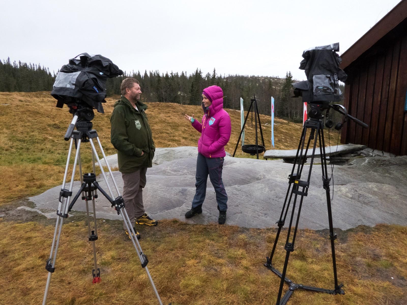 Villmarksekspert Trond Strømdahl og programleder Anne Rimmen slår leir i det som er målområdet for Lars Monsen sine turer. Derfra følger de med på Monsens GPS-koordinater, for å se om han er i rute. Derfra kontakter de ham også via satelitt-telefon flere ganger i løpet av turen.